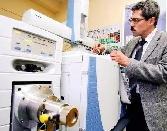 莫斯科反兴奋剂实验室前负责人罗琴科夫在实验室工作