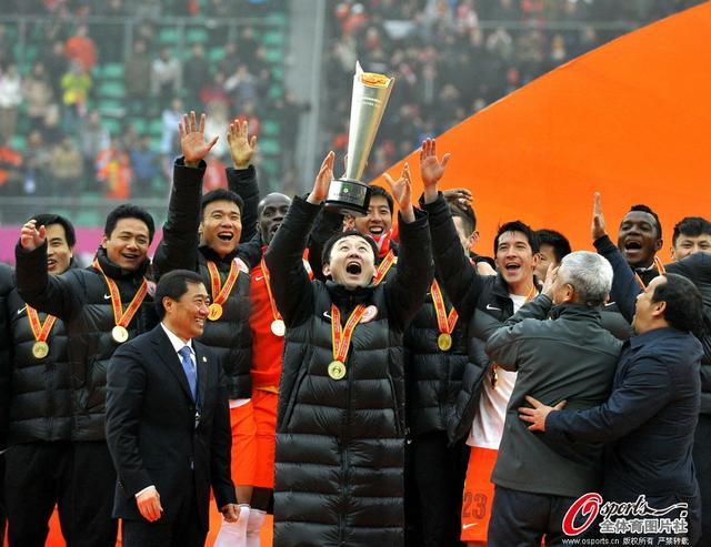 超级杯颁奖现乌龙 主持人高呼冠军:贵州恒大