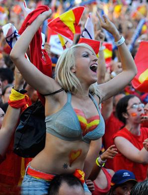 西班牙球迷疯狂庆祝国家队捧杯