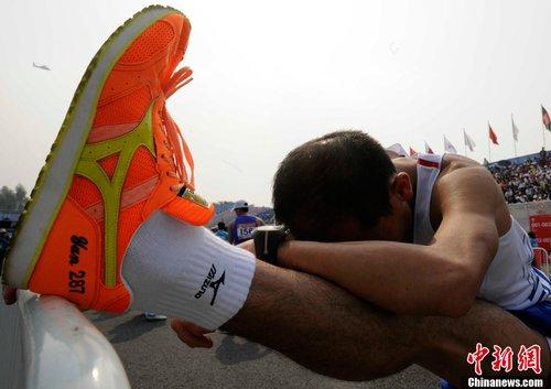 香港选手临上阵前还在做伸展运动