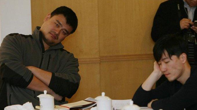 全国政协体育界小组会 姚明侧头刘翔托腮沉思