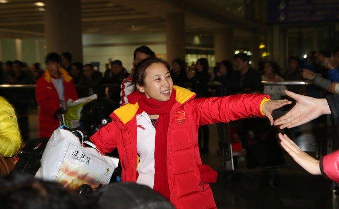中国冬奥代表团载誉归国 李琰与接机粉丝开心互动