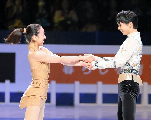 羽生全票当选最佳运动员 携手浅田亮相表演赛