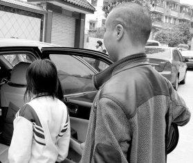 广东老板万元聘少林高手做保镖 接送女儿上学