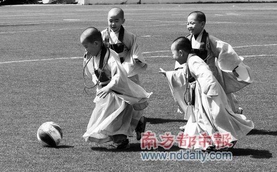 ...球感受运动乐趣,上演真实版少林足球.IC   图片   腾讯微博...