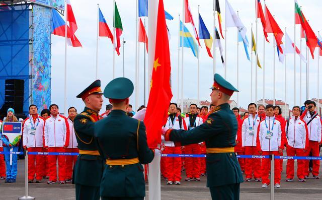 中国代表团举行升旗仪式 伊辛巴耶娃亲自迎接