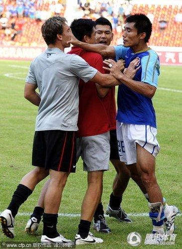 广州2-2成都失领跑良机 郑智布兰登双双染红