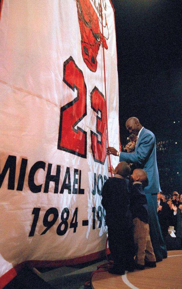 历史上的今天:首场NBA比赛举行 乔丹战袍退役