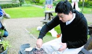丁俊晖家中组织朋友烤肉聚会 手艺受大家好评