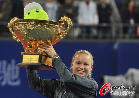 中网沃兹苦战三盘力克兹娃 首摘皇冠赛事冠军