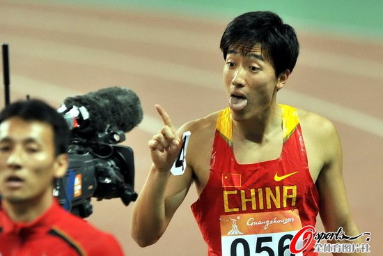 亚运男子110米栏预赛 刘翔小组第一跻身决赛