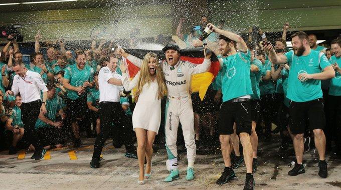 终于赢了!罗斯伯格拥女友庆贺夺F1总冠军