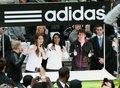 视频:梅西乘专用直升机 摆摊卖鞋遭球迷围观