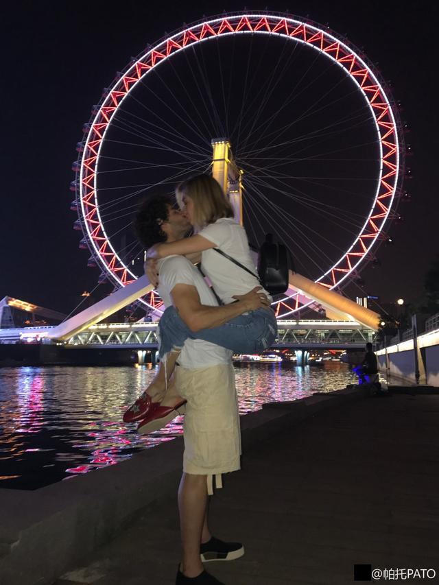 狂虐单身狗!帕托与女友天津之眼下熊抱+拥吻