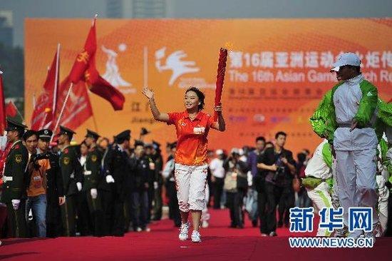亚运火炬传递江门站 体操奥运冠军李珊珊首棒