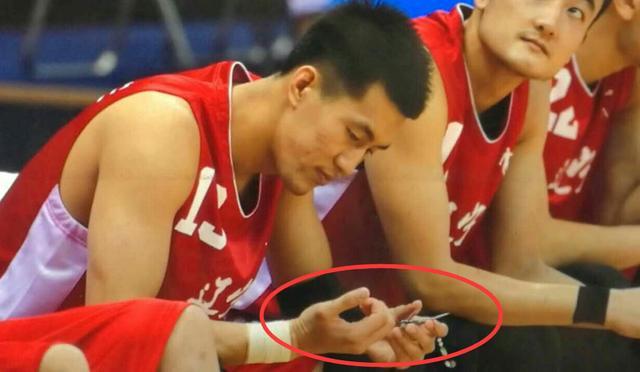 郭艾伦在比赛中剪指甲?因指甲劈裂临时处理