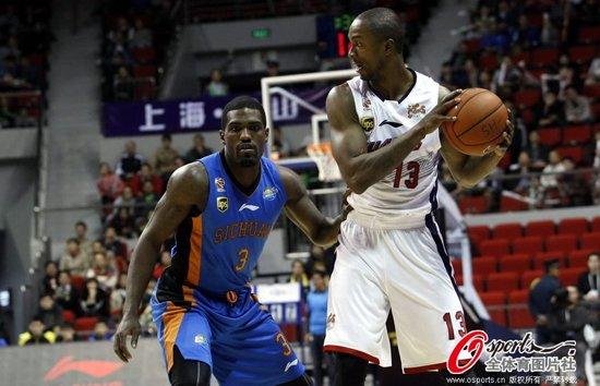 杰克逊30+13压小奥多姆27分 上海赢四川2连胜