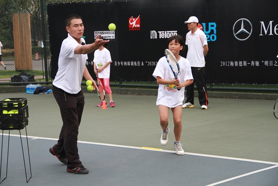 青年网球训练营登陆成都 冠军将获费天王亲授
