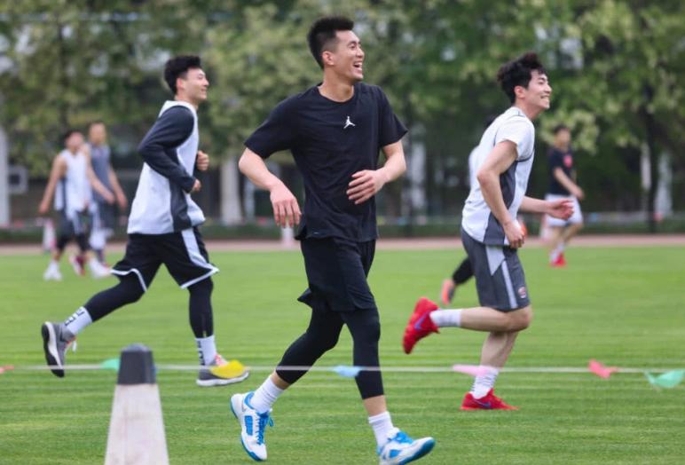 高清:辽篮组织足球赛 郭艾伦赵继伟驰骋绿茵场