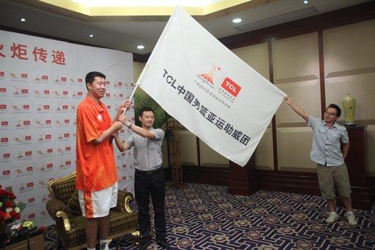 """王治郅惠州领跑""""潮流""""火炬 与市民分享亚运"""