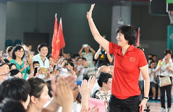 2016年9月17日,广州,郎平偕女排队员造访广雅中学,现场积极互动大受学生追捧。 东方IC 图