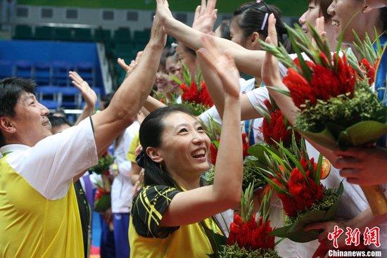 图文:羽球女团教练张宁与队员击掌庆祝夺冠