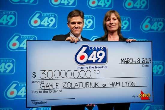 加拿大女彩民赢1.8亿 戏称黑猫带来好运(图)