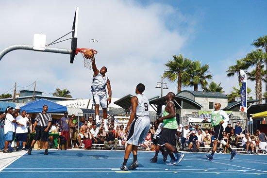 威尼斯海滩已成篮球天堂 每周日纵情享受街球