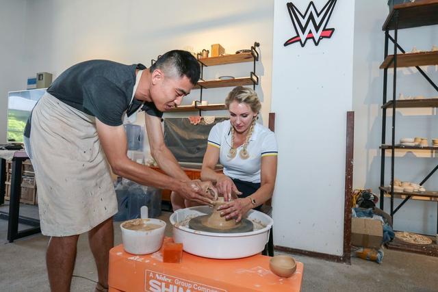 WWE女皇着迷中国文化 与特奥选手同打高尔夫