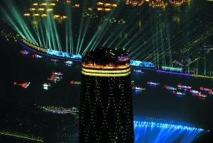 亚运会开幕式,珠江将上演广州史上规模最大的花船巡游。图为花船彩排。新华社记者 刘大伟 摄
