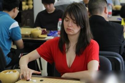 德美女深v装现身围棋赛场