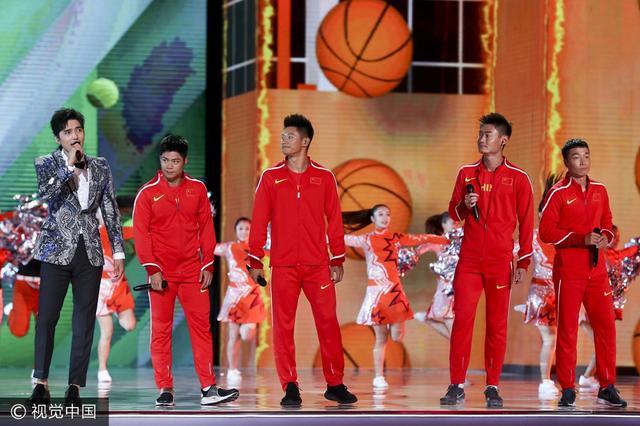 苏炳添率接力队亮相闭幕式 演唱《健康中国》