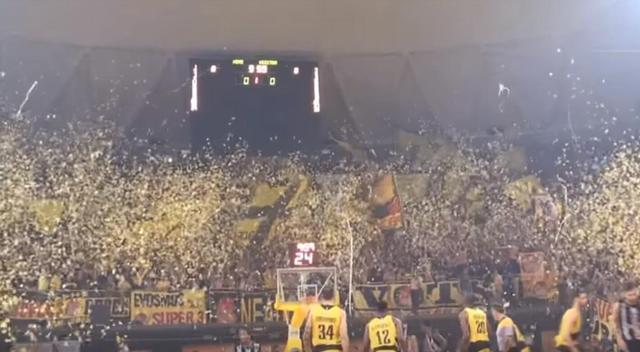 希腊篮联疯狂一幕:球迷太过热情 下起纸片雨