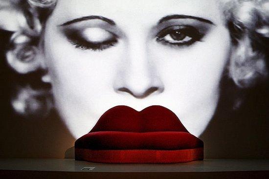 致敬经典:她的烈焰红唇被做成沙发 风靡全球80年