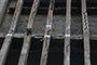 曝光:住宅楼裂缝用透明胶带固定