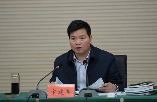 卞建军主持召开县政府第十六届第十八次常务会
