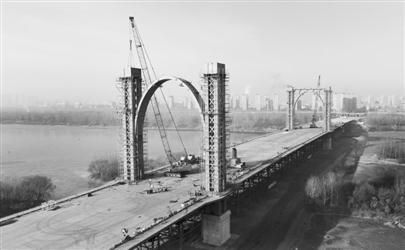 沈阳东塔桥双主塔安装完成