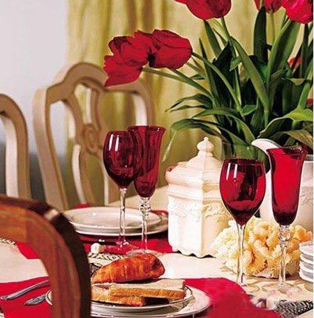 方法:红玫瑰+红色餐盘布+红色高脚酒杯-婚房空间搭配 餐厅篇
