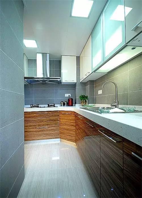 房子都装修好了厨房厕所里也装了就剩下厨房和卫生间的瓷砖没有贴了