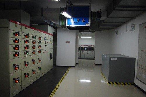正文  配电室以及中控室是小区中心管理的重要环节,为业主们的生活用
