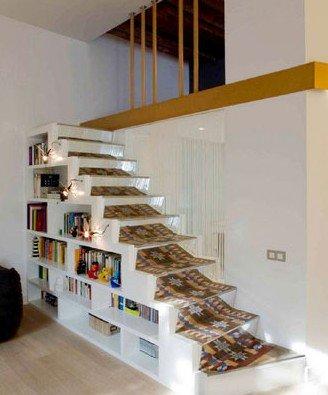 因此在原本统间的开放型居室里安排进楼梯,将一体化的空间隔离出复式图片