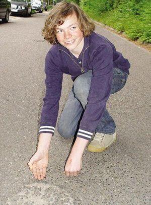 德14岁男孩被陨石砸中撞飞 大难不死堪称奇迹