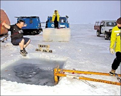 南极迎来冬天 一名探险队员跳入冰洞庆冬(图)