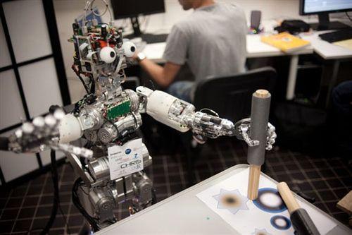 """欧洲智能儿童机器人接受""""做人""""培训(组图)"""