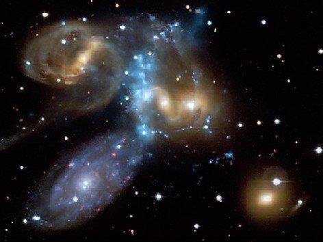 """科学家拍摄到4个大型星系""""火并""""奇观(组图)"""
