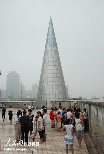 小朋友在郑州科技馆天台等待奇迹出现