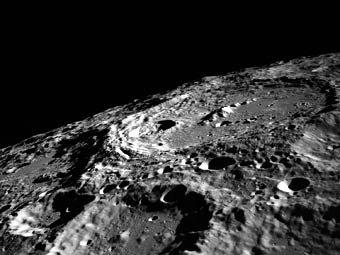 科学家称彗星是月球环形山的主要制造者(图)
