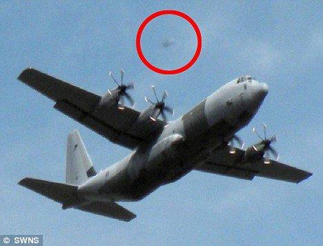 英退休教师拍到神秘UFO紧紧跟踪军事飞机(图)