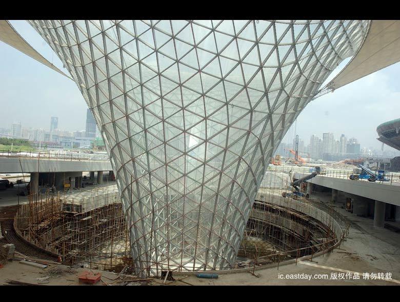 上海世博轴主体完工 阳光谷引人注目