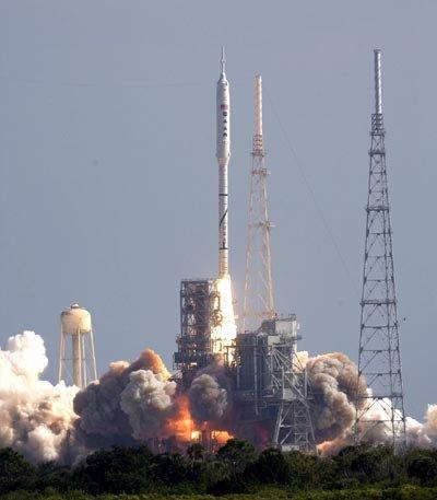 美国未来载人航天工具战神火箭首次点火升空